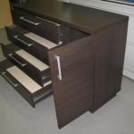 tamsiai ruda 4 stalčių su durelėmis komoda atvertomis durelėmis ir stalčiais