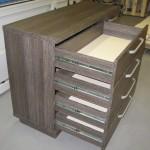 tamsiai rudai dryžuotos 4 stalčių su durelėmis komodos praviri 4 stalčiai