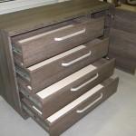tamsiai rudai dryžuotos 4 stalčių su durelėmis komodos praviros durelės ir stalčiai