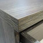 tamsiai rudai dryžuotos 4 stalčių su durelėmis komodos storintas stalviršis
