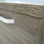 tamsiai rudai dryžuotos 4 stalčių su durelėmis komodos tekstūra