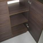 tamsiai rudos 4 stalčių su durelėmis komodos atvertos durelės ir lentynos