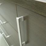 tamsiai rudos 4 stalčių su durelėmis komodos rankenėlė