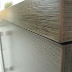 tamsiai rudos 4 stalčių su durelėmis komodos storintas stalviršis