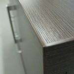 tamsiai rudos 4 stalčių su durelėmis komodos tekstūra